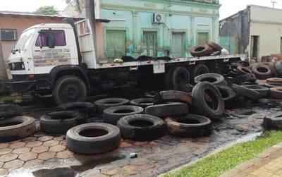 Vándalos casi queman un camión