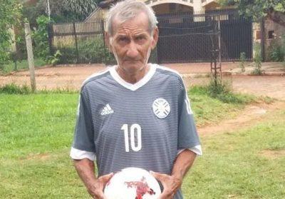 Un paraguayo de 80 años sigue jugando al fútbol