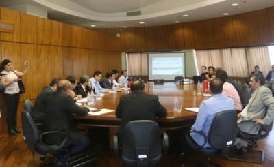 Inició reunión entre concejales esteños y la comisión especial