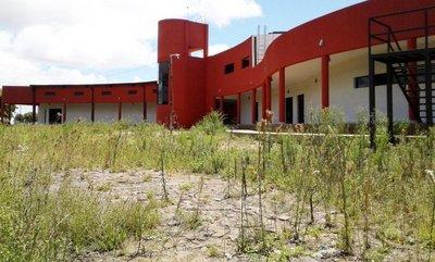 Local nuevo de filial de la FIUNA se encuentra abandonado en Ayolas