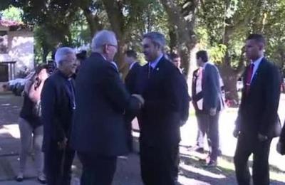 Presidente Abdo Benítez llega a la cita con los obispos en Luque