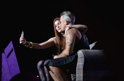 Robbie Williams encanta con una entrega plena a su público