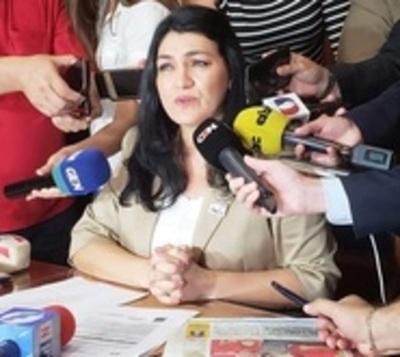 Viceministra no dará paso al costado y accionaría contra Petta