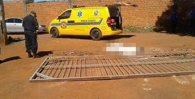 Mujer muere al ser aplastada por un portón