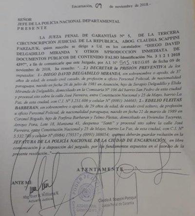 Detienen a policías por supuesta producción de documentos falsos