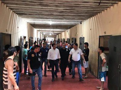 """Ministro reconoce falencias en sistema penitenciario y anuncia """"cambio masivo"""" en Tacumbú"""