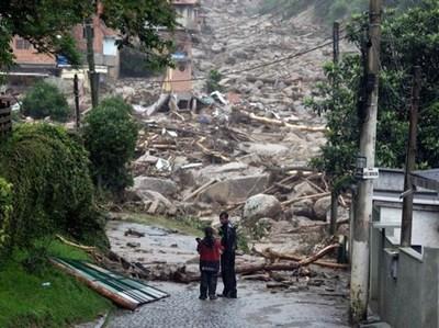 Al menos tres muertos y nueve heridos tras deslizamiento de tierra en Río