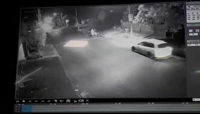 Jóvenes fueron arrollados por un automóvil