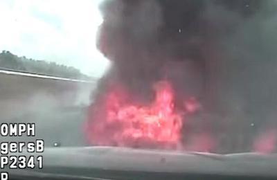 Policía quiso multar a un conductor a exceso de velocidad pero terminó con la patrulla en llamas