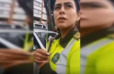 'Íbamos a hacer el amor más rico': sorprenden a policía colombiana hablando de sexo en su trabajo