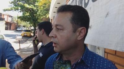 Hermano del diputado D'Ecclesiis se encadena frente a la Fiscalía