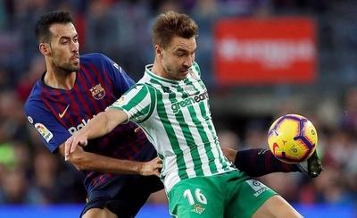 HOY / El Betis asalta el Camp Nou y aprieta la Liga