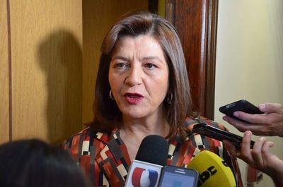 Blanca Ovelar trata de incompetente a Petta