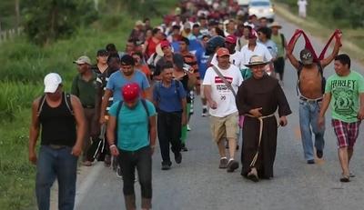 Caravana de migrantes marcha hacia Guadalajara