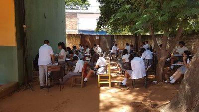 Escuela Sgto. Silva: Algunos bajo árboles y otros bajo calurosa carpa