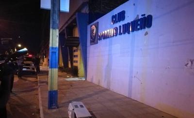 HOY / Luqueños atacaron su propio club y causaron destrozos