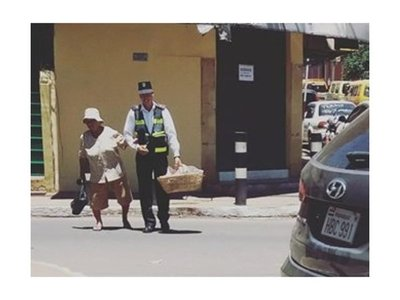 PMT ayudó a abuelita a cruzar la calle y se hizo viral