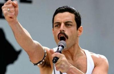 Se cortó la luz en medio de la película de Queen y un espectador se convirtió en Freddie Mercury