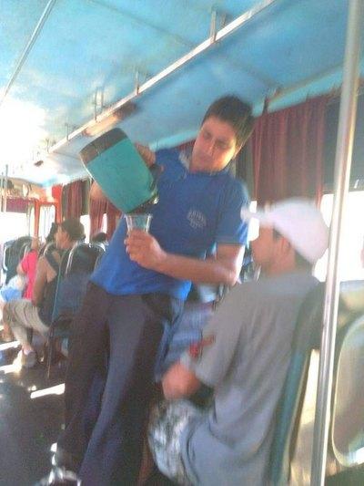 """El """"ángel de Dios"""" que repartió agua en bus"""