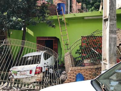 Mujer termina con el auto  incrustado en una vivienda