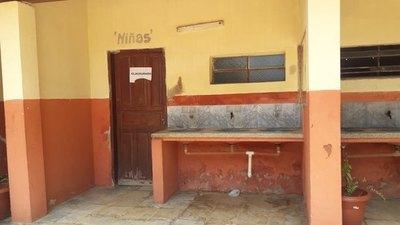 """En la escuela no hay baños y niños hacen """"pipí"""" en balde"""