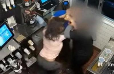 Clienta furiosa golpeó a empleados de local de comida rápida porque no había ketchup