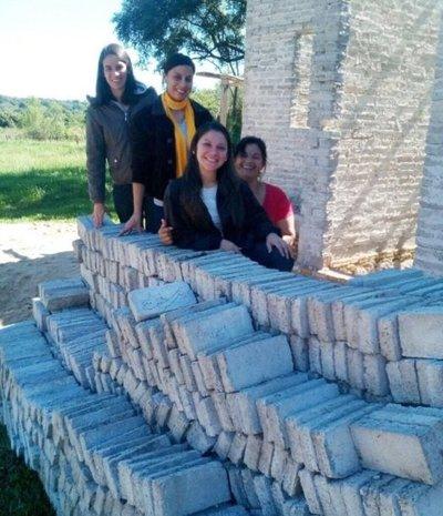 Jóvenes producen ladrillos con plásticos reciclados