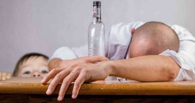 HOY / Si papá o mamá beben alcohol frente a los hijos, estos podrían copiar el hábito a temprana edad