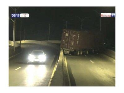 Camión sin frenos queda atascado en viaducto