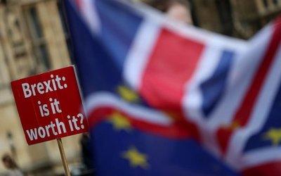 May, debilitada por dimisiones a raíz del Brexit