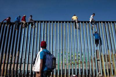Caravana migrante acelera el paso en México y llega muy cerca de EEUU
