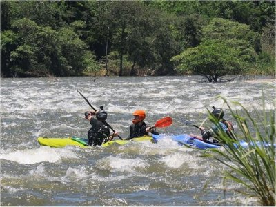 Atletas aprovechan nivel del río Acaray con práctica de kayak