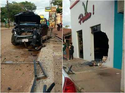 Menor al volante causa destrozos en un local de comidas