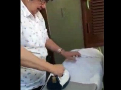 Docente enseña a sus alumnos cómo planchar sus camisas