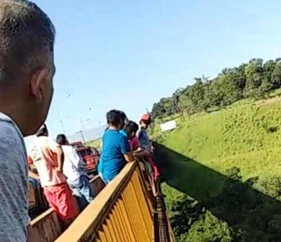 Amenazó con tirarse del puente Cavalcanti