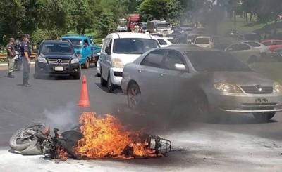 Resbaló, cayó y su moto se incendió