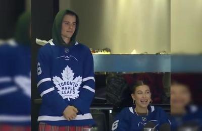 Los apasionados besos de Justin Bieber y Hailey Baldwin en un partido de hockey
