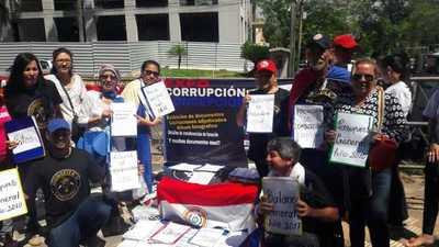 Indignados muestran documentos en Asunción