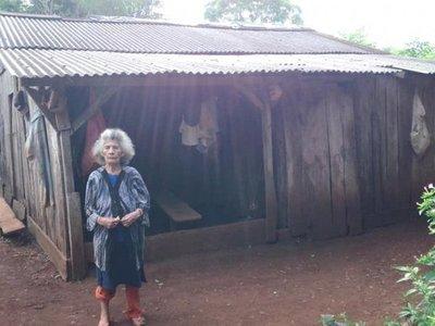 Abuela vive en extrema pobreza y no cobra su pensión