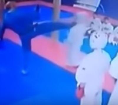 Brutal castigo de profesor a su alumno de artes marciales