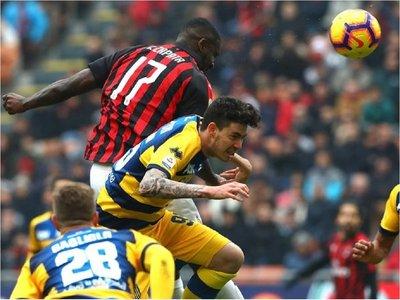 Milan remonta un partido duro ante el Parma