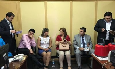 Farsante concejal se mimetiza de nuevo entre opositores y exige aceptar renuncia de Sandra