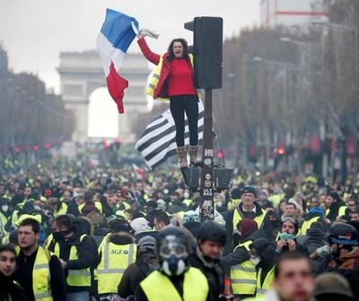 Francia retrocede ante la intención de subir precios de combustibles