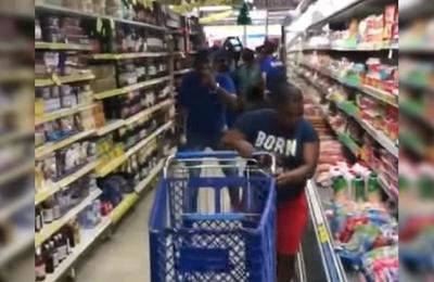 Gana concurso de 'minuto gratis' en supermercado y su forma de sacar productos es viral en la web