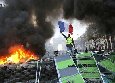 """Macron intenta aplacar la ira de los """"chalecos amarillos"""" por miedo a """"gran violencia"""""""
