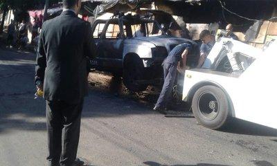 Patrullera de la FOPE arde en llamas y afecta a una casa en Asunción