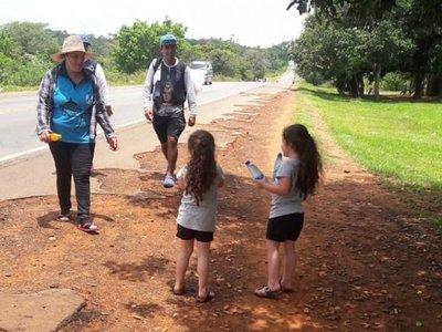 Familia reparte agua a peregrinos