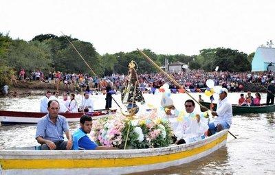 Peregrinos van junto a la Virgen del Paso