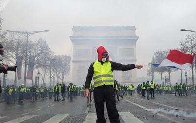 Los 'chalecos amarillos' elevan sus reclamos en Francia