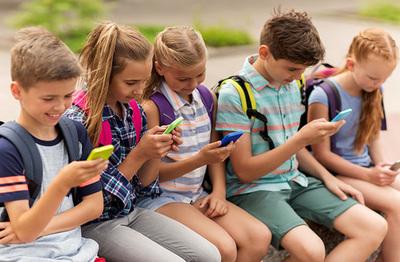 Pasar mucho tiempo ante pantallas de móviles cambia cerebro de los niños